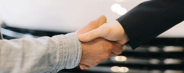 vendeur serre la main de l'acheteur